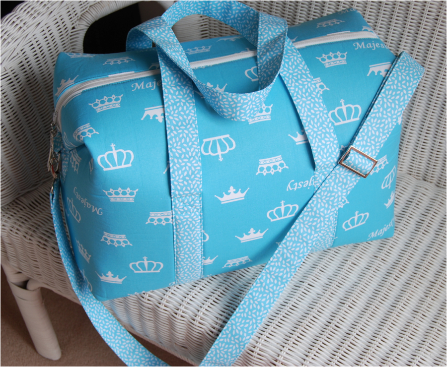 Sew Sweetness Emblem Duffle Bag, sewn by Alison of Bobbin Girl